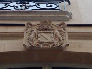 """Blazonul cu deviza libertină """"De ce nu?"""", în latină, pe fațada casei lui La Fayette"""