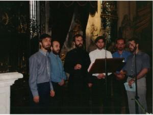 Grup de tineri de la parohia Sfintele Parascheva și Genoveva din Paris cântând în catedrala din Amiens, Franța