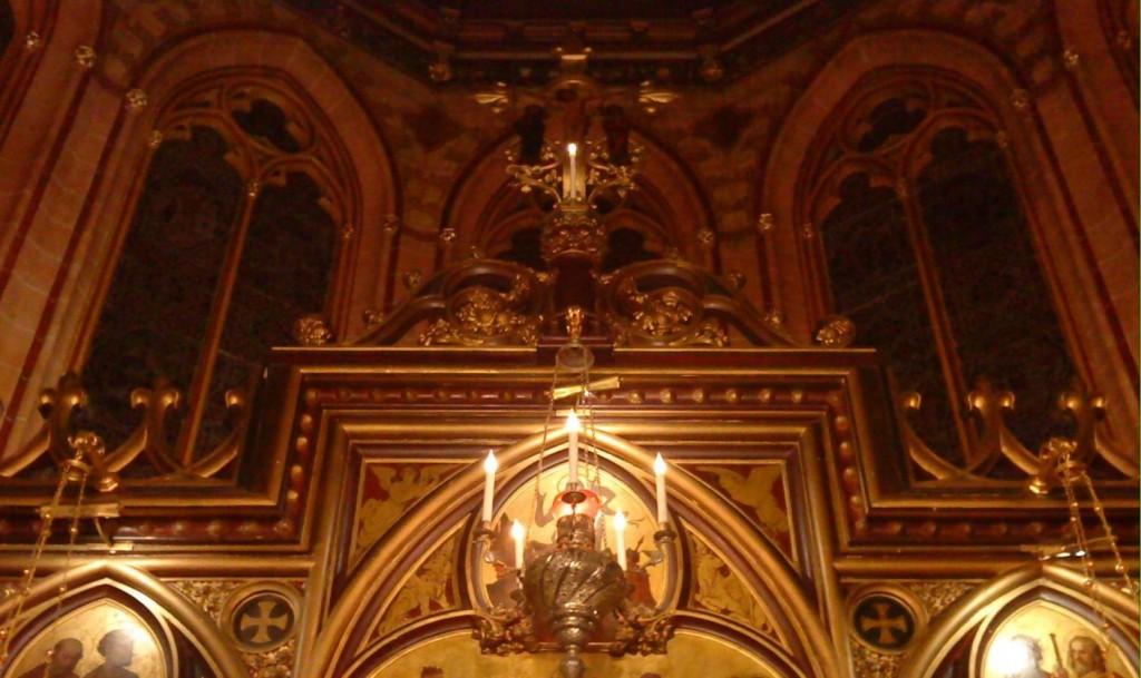 """Deasupra iconostasului strălucește o """"croix fleurdelisée"""""""