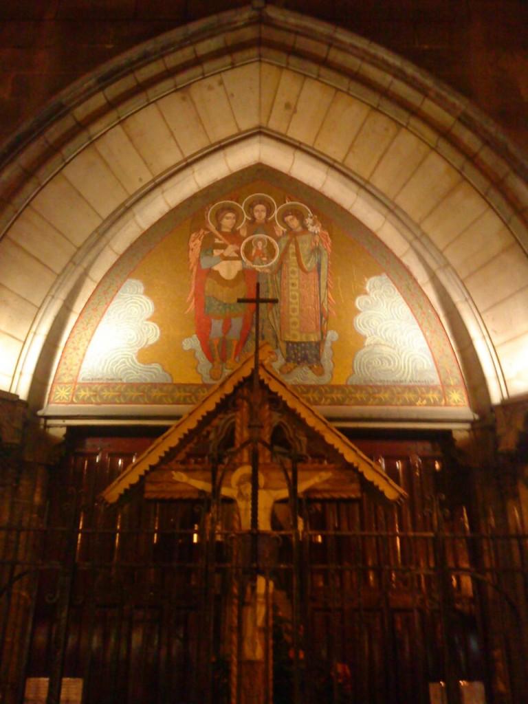 Mozaicul cu Sfinții Arhangheli de strajă deasupra intrarării în Catedrala română din Paris