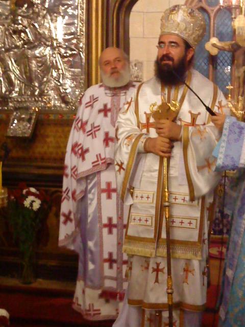 Pr. paroh Constantin Târziu împreună cu IPS Mitropolit Iosif la slujba de hram decla Catedrala din Paris, azi 7.11.2010