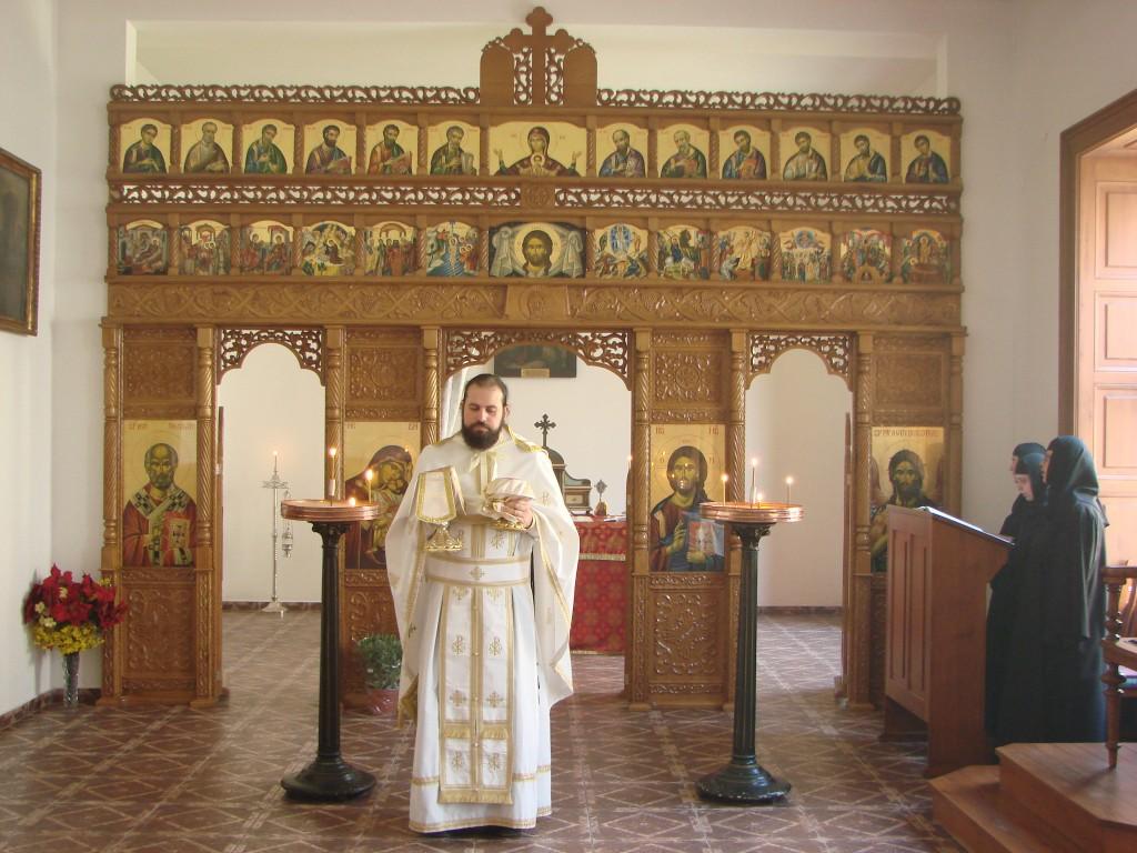 Părintele David Pop slujind în Capela Ortodoxă Românească din Budapesta