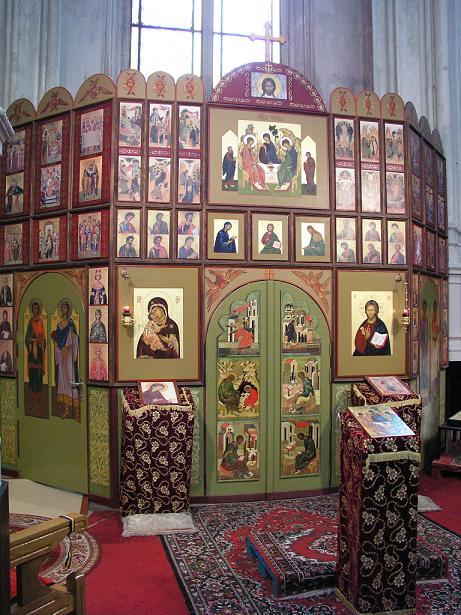 Iconostasul parohiei ortodoxe române Buna Vestire, așezat într-un altar lateral al Bisericii Sainte Catherine