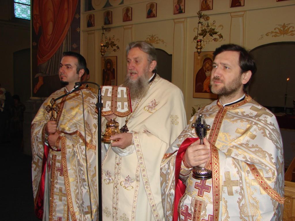 Părintele Vasile Mihoc slujind cu preoții Sorin Șelaru și Patriciu Vlaicu în biserica românească Sfântul Nicolae din Bruxelles