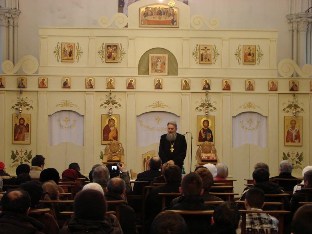 Părintele Vasile Mihoc vorbind duminică despre viața în Hristos, în catedrala ortodoxă română Sfântul Nicolae din Bruxelles