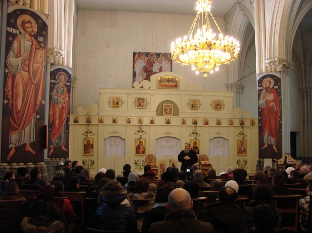 Părintele Vasile Mihoc vorbind duminică despre viața în Hristos, la parohia românească Sfântul Nicolae din Bruxelles