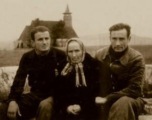 Ioan Ianolide, Valeriu Gafencu și mama acestuia, Elena Gafencu, care l-a vizitat la colonia de muncă Galda