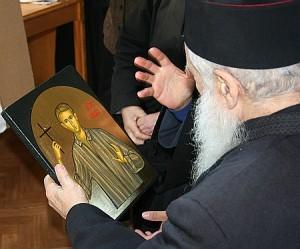 Părintele Gheorghe Calciu privind icoana lui Valeriu Gafencu la Mănăstirea Diaconești